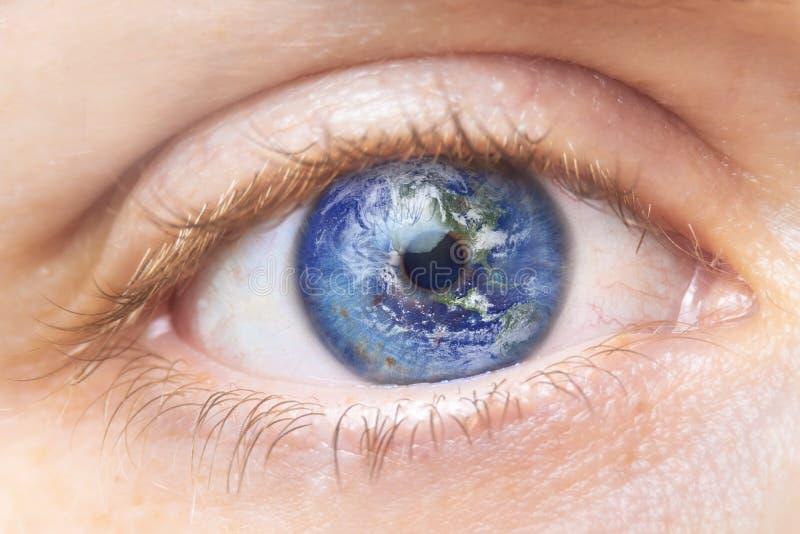 Έννοια συντήρησης περιβάλλοντος Κλείστε επάνω την εικόνα του ματιού γυναικών με τη γη σε το Δημιουργικό σύνθετο του μακρο ματιού  στοκ εικόνα