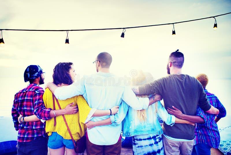 Έννοια σχέσης αγκαλιάσματος ομάδας φιλίας φίλων στοκ εικόνα με δικαίωμα ελεύθερης χρήσης