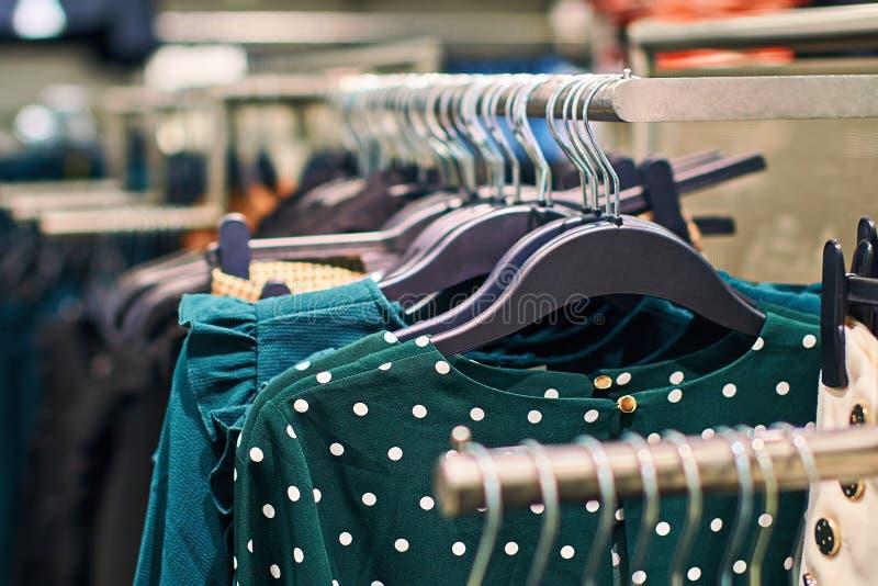Έννοια τάσης μόδας Εσωτερικό του καταστήματος ενδυμάτων με τις πράσινες μπλούζες σημείων Πόλκα στοκ εικόνες με δικαίωμα ελεύθερης χρήσης