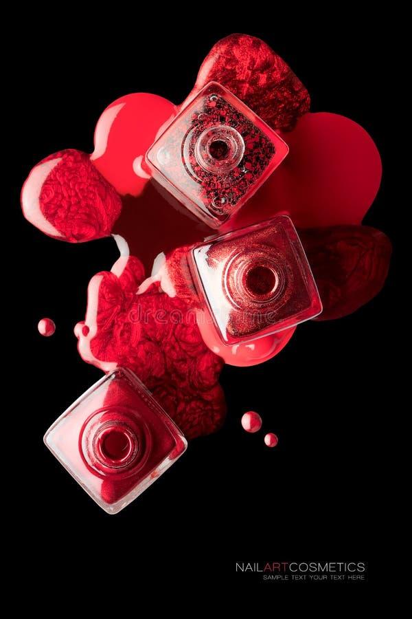 Έννοια τέχνης καρφιών με την καθιερώνουσα τη μόδα μεταλλική κόκκινη λάκκα στοκ εικόνες με δικαίωμα ελεύθερης χρήσης