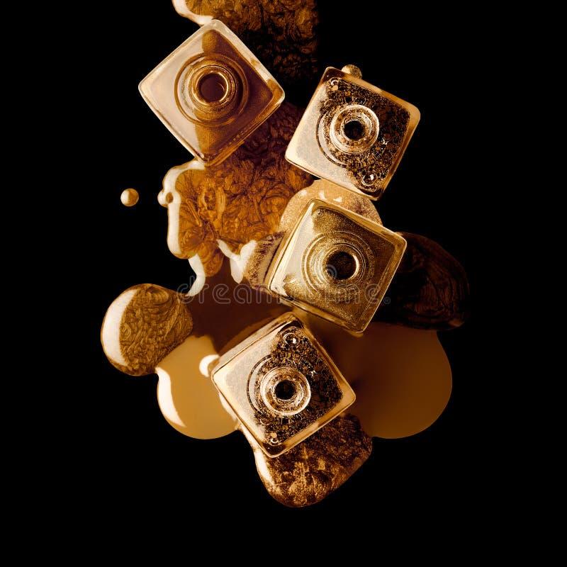 Έννοια τέχνης καρφιών με τη χρυσή μεταλλική λάκκα Χρυσή στιλβωτική ουσία καρφιών στοκ εικόνα