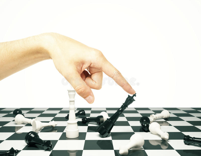 Έννοια τακτικής με τα ενέχυρα σκακιού και το ανθρώπινο χέρι στοκ φωτογραφίες με δικαίωμα ελεύθερης χρήσης