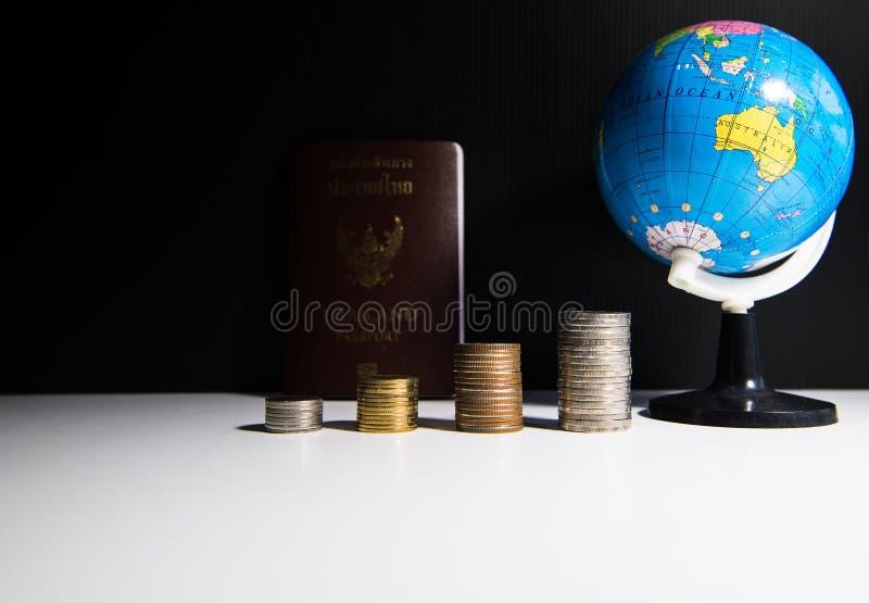 Έννοια ταξιδιού και διακοπών, νόμισμα στοιχείων, διαβατήριο και εκλεκτικός χάρτης εστίασης της σφαίρας στοκ εικόνα