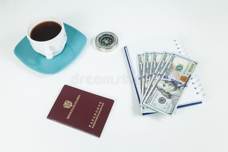 Έννοια ταξιδιού, κολομβιανό διαβατήριο με τους λογαριασμούς δολαρίων για το ταξίδι στο εξωτερικό στοκ φωτογραφία με δικαίωμα ελεύθερης χρήσης