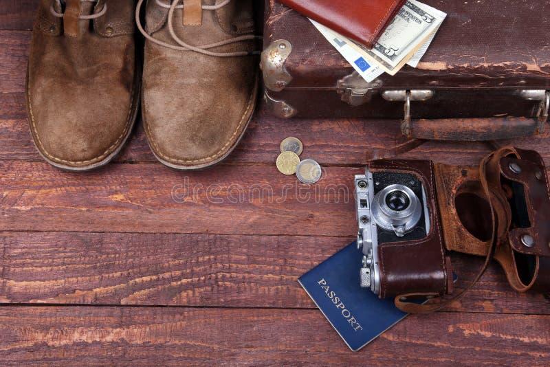 Έννοια ταξιδιού με την εκλεκτής ποιότητας βαλίτσα, τα γυαλιά ηλίου, την παλαιά κάμερα, τις μπότες σουέτ, την περίπτωση για τα χρή στοκ φωτογραφία με δικαίωμα ελεύθερης χρήσης