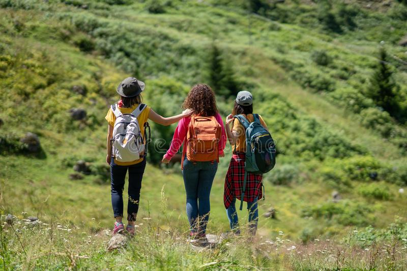 Έννοια ταξιδιού ταξιδιών πεζοπορίας Backpacker με τους φίλους στοκ φωτογραφία με δικαίωμα ελεύθερης χρήσης