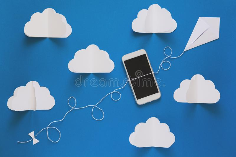 Έννοια τεχνολογίας σύνδεσης δικτύων και αποθήκευσης σύννεφων Έννοια δικτύων μεταδόσεων στοιχείων και υπολογισμού σύννεφων στοκ εικόνα