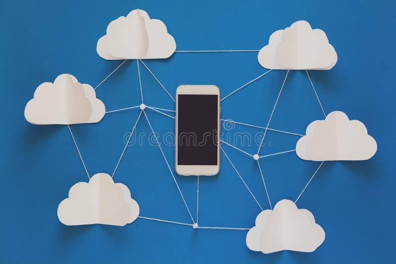 Έννοια τεχνολογίας σύνδεσης δικτύων και αποθήκευσης σύννεφων Έννοια δικτύων μεταδόσεων στοιχείων και υπολογισμού σύννεφων στοκ εικόνες