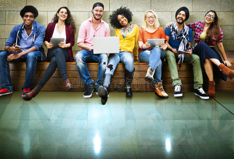 Έννοια τεχνολογίας φιλίας φίλων νεολαίας μαζί στοκ φωτογραφίες