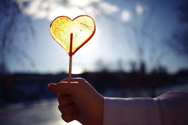 Έννοια της αγάπης με την καραμέλα καρδιών στοκ εικόνα