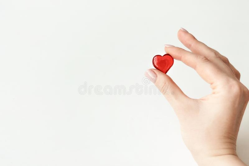 Έννοια της αγάπης Το άτομο κρατά την καρδιά Ημέρα βαλεντίνων ` s καρτών Ημέρα των εραστών στοκ εικόνα