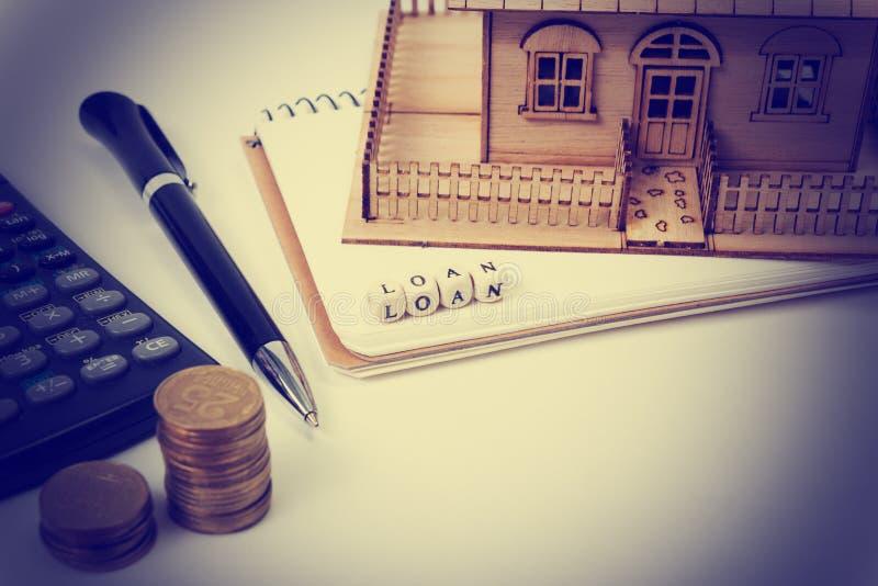 Έννοια της αγοράς και της ασφάλειας κατοικίας Πίνακας γραφείων γραφείων με τη τοπ άποψη προμηθειών Υπολογιστής χρυσά νομίσματα, μ στοκ εικόνα