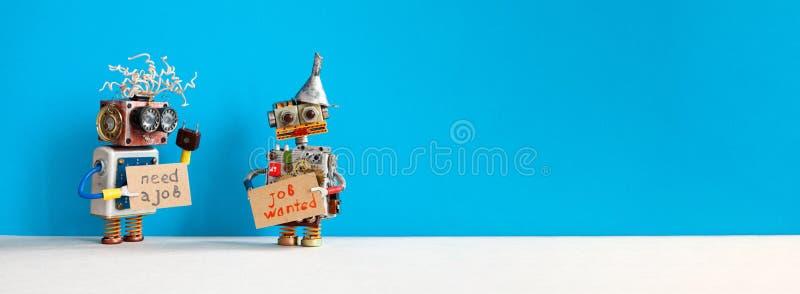 Έννοια της αναζήτησης εργασίας Δύο ρομπότ θέλουν να βρουν δουλειά Γελαστά άτομα με ρομποτικούς χαρακτήρες με χαρτόνι και στοκ εικόνες