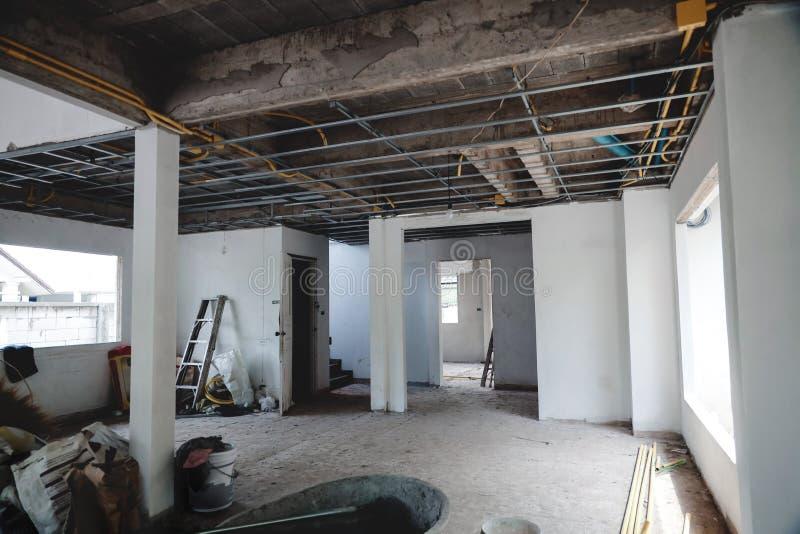 Έννοια της ανακαίνισης σπιτιού Εσωτερικό του κτιρίου υπό κατασκευή στοκ εικόνα