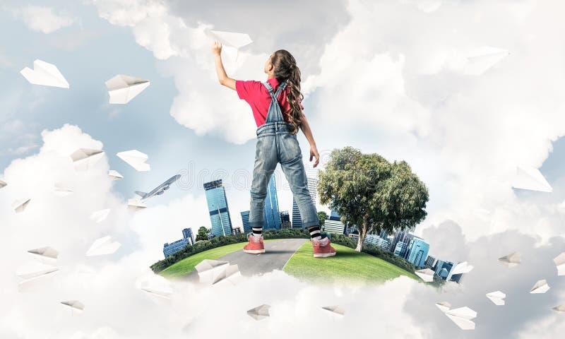 Έννοια της απρόσεκτης ευτυχούς παιδικής ηλικίας με να ονειρευτεί κοριτσιών για το μέλλον στοκ φωτογραφία με δικαίωμα ελεύθερης χρήσης