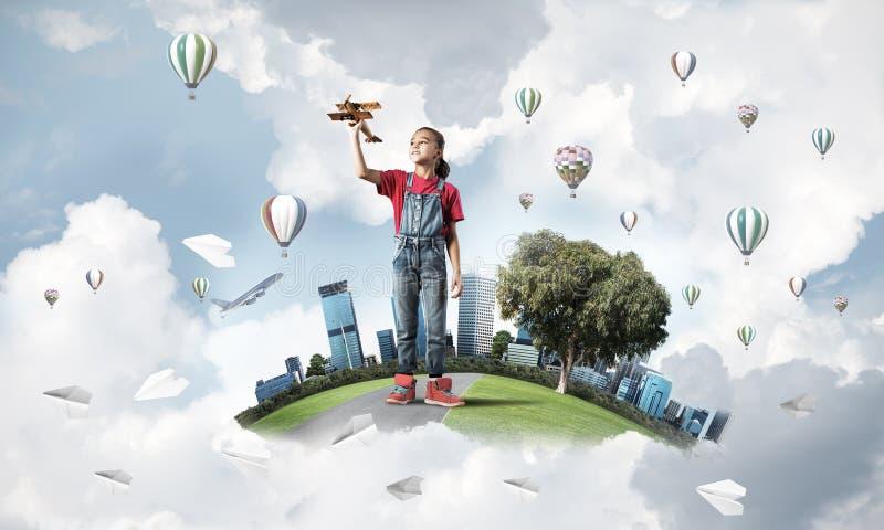 Έννοια της απρόσεκτης ευτυχούς παιδικής ηλικίας με να ονειρευτεί κοριτσιών για να γίνει πειραματικός στοκ φωτογραφία με δικαίωμα ελεύθερης χρήσης