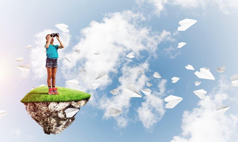 Έννοια της απρόσεκτης ευτυχούς παιδικής ηλικίας με το κοίταγμα κοριτσιών στις διόπτρες στοκ φωτογραφία με δικαίωμα ελεύθερης χρήσης