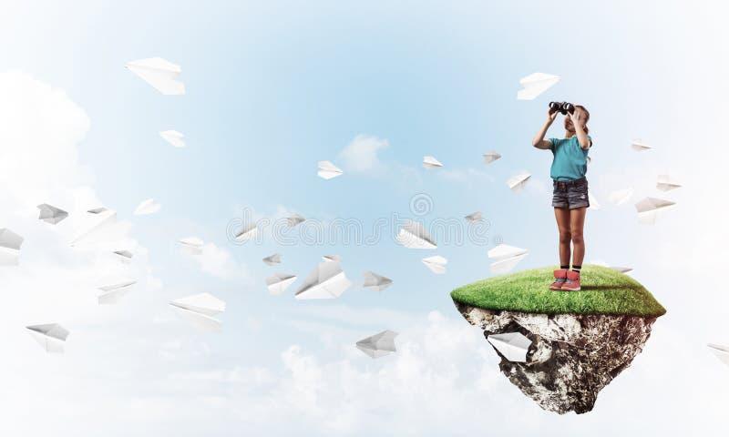 Έννοια της απρόσεκτης ευτυχούς παιδικής ηλικίας με το κοίταγμα κοριτσιών στο binocul στοκ φωτογραφία με δικαίωμα ελεύθερης χρήσης