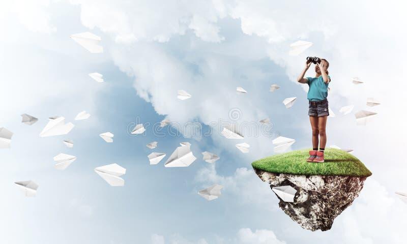 Έννοια της απρόσεκτης ευτυχούς παιδικής ηλικίας με το κοίταγμα κοριτσιών στο binocul στοκ εικόνα με δικαίωμα ελεύθερης χρήσης