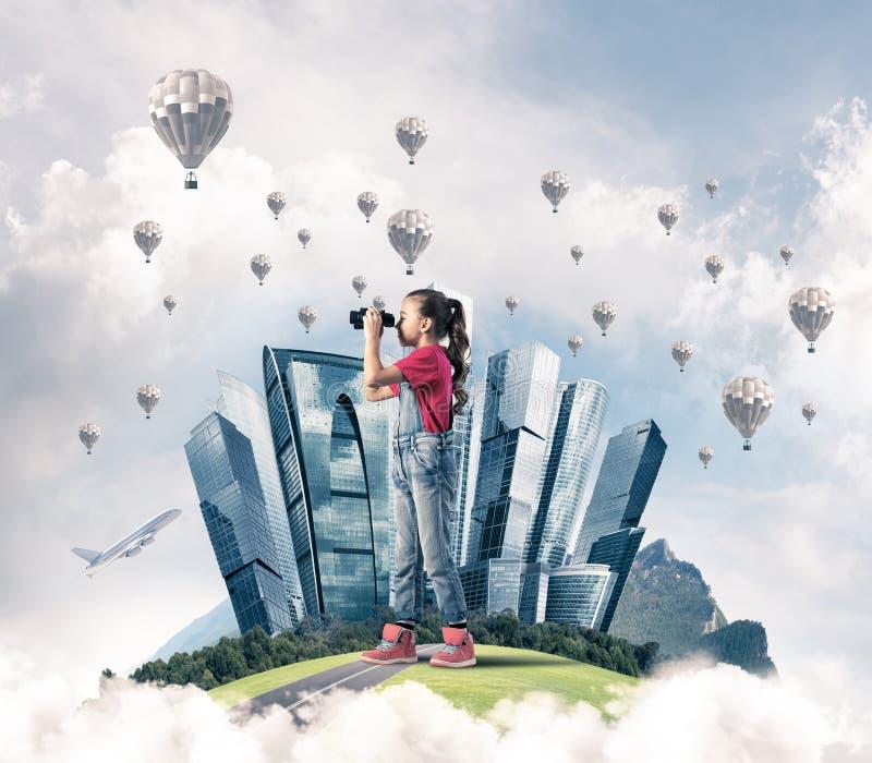 Έννοια της απρόσεκτης ευτυχούς παιδικής ηλικίας με το κοίταγμα κοριτσιών στο μέλλον στοκ εικόνες με δικαίωμα ελεύθερης χρήσης