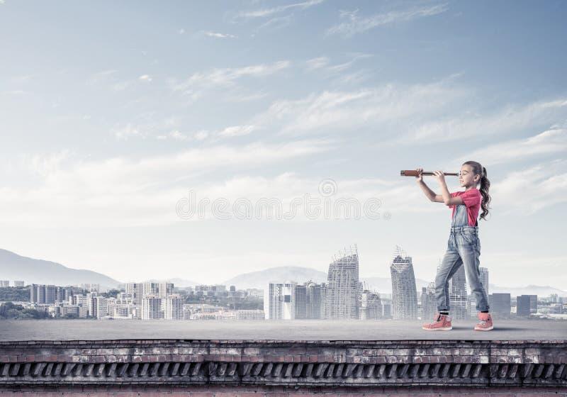 Έννοια της απρόσεκτης ευτυχούς παιδικής ηλικίας με το κορίτσι που εξερευνά αυτόν τον κόσμο στοκ φωτογραφία με δικαίωμα ελεύθερης χρήσης