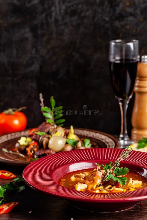 Έννοια της γαλλικής κουζίνας Τοποθετημένος πίνακας σε ένα εστιατόριο για έναν εορτασμό των διαφορετικών πιάτων ενεργειακή εικόνα  στοκ φωτογραφία
