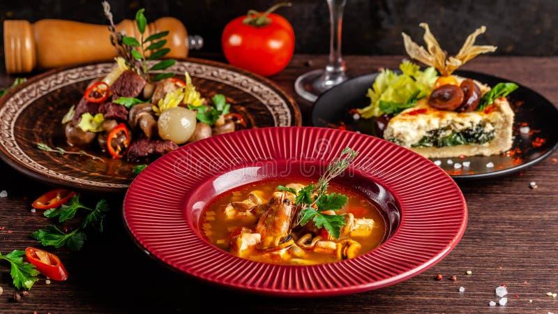 Έννοια της γαλλικής κουζίνας Τοποθετημένος πίνακας σε ένα εστιατόριο για έναν εορτασμό των διαφορετικών πιάτων ενεργειακή εικόνα  στοκ εικόνα με δικαίωμα ελεύθερης χρήσης