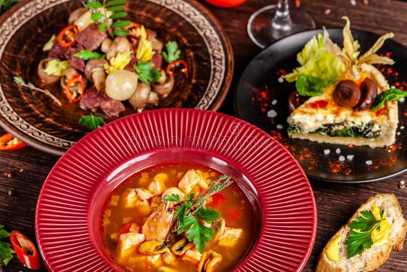 Έννοια της γαλλικής κουζίνας Τοποθετημένος πίνακας σε ένα εστιατόριο για έναν εορτασμό των διαφορετικών πιάτων ενεργειακή εικόνα  στοκ φωτογραφίες