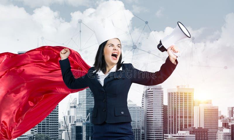 Έννοια της δύναμης και της επιτυχίας με το superhero επιχειρηματιών στη μεγάλη πόλη στοκ φωτογραφία με δικαίωμα ελεύθερης χρήσης