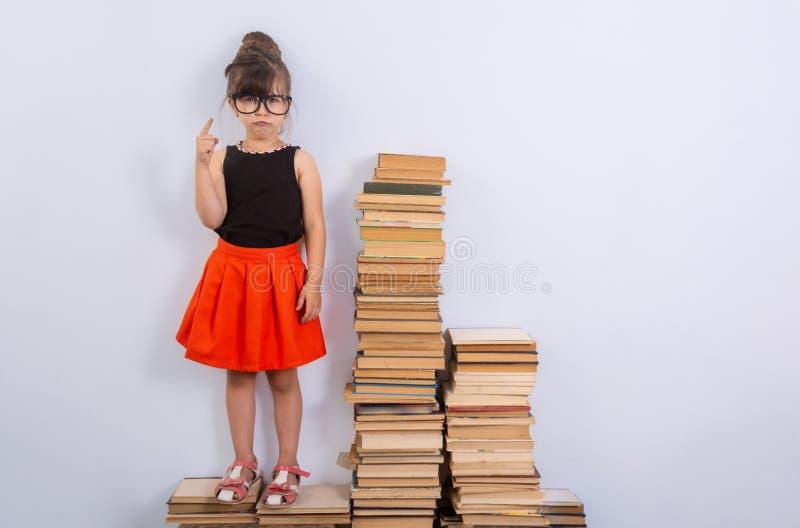 Έννοια της εκπαίδευσης και της ανάγνωσης Εργατικό παιδί Μικρό κορίτσι που διαβάζει το βιβλίο στοκ φωτογραφία με δικαίωμα ελεύθερης χρήσης