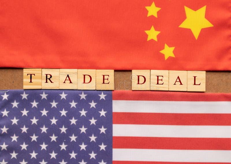 Έννοια της εμπορικής διαπραγμάτευσης της Κίνας ΗΠΑ, εμπορική διαπραγμάτευση που τυπώνεται στα ξύλινα κεφαλαία γράμματα μέσα - μετ στοκ φωτογραφία