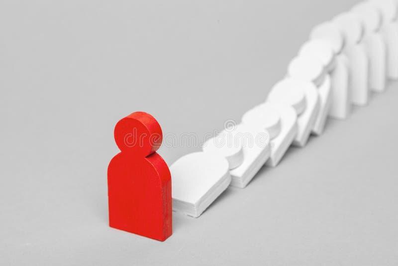 Έννοια της επίδρασης ντόμινο στην επιχείρηση Η πτώση της θρυμματιμένος επιχείρησης αρχίζει με έναν κακό ηγέτη υπαλλήλων στοκ εικόνες με δικαίωμα ελεύθερης χρήσης