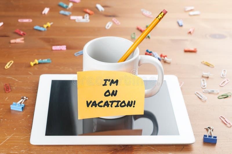 Έννοια της εργασίας και της επιχείρησης: ένα φλιτζάνι με ένα μολύβι μέσα σε ένα tablet με ένα υπόμνημα και το κείμενο που είμαι σ στοκ φωτογραφίες