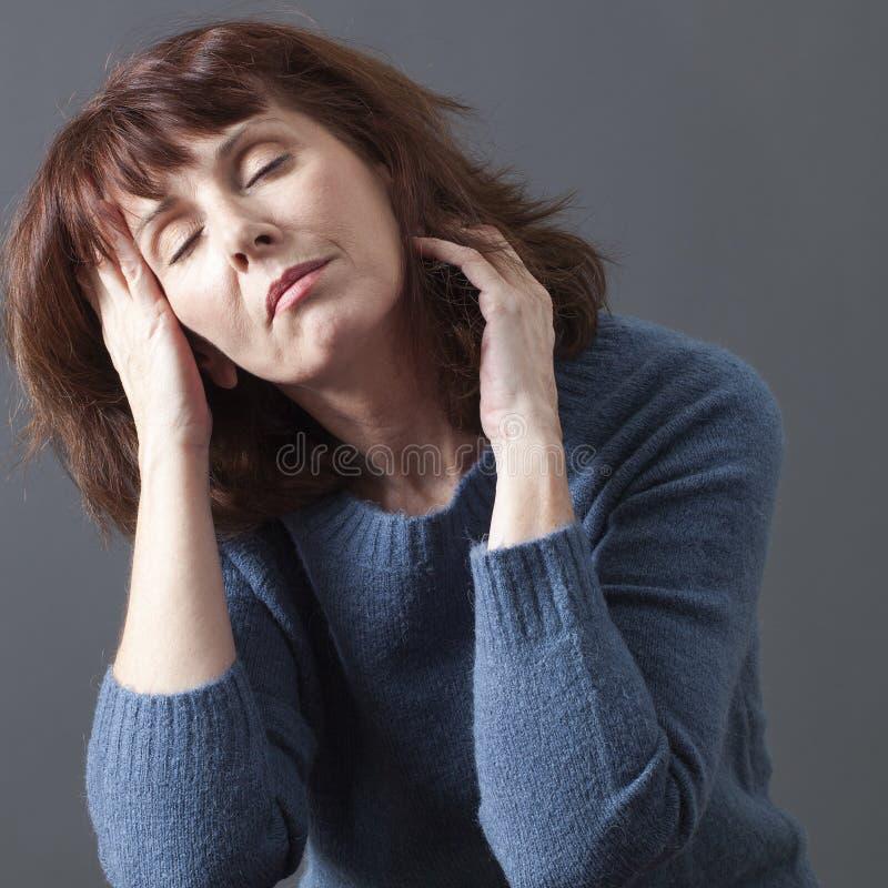 Έννοια της ευημερίας και κοιμισμένος για την ώριμη γυναίκα στοκ εικόνες με δικαίωμα ελεύθερης χρήσης