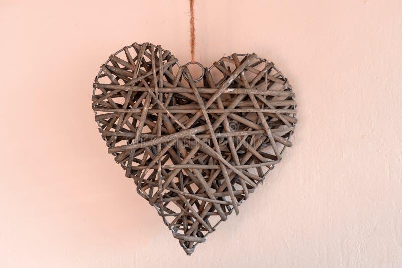 Έννοια της ημέρας βαλεντίνων ` s Ψάθινες καρδιές στο ρόδινο υπόβαθρο στοκ εικόνα με δικαίωμα ελεύθερης χρήσης