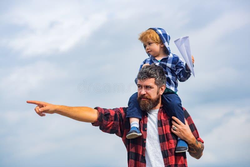 Έννοια της ημέρας πατέρων Πατέρας και γιος από κοινού στοκ εικόνα με δικαίωμα ελεύθερης χρήσης