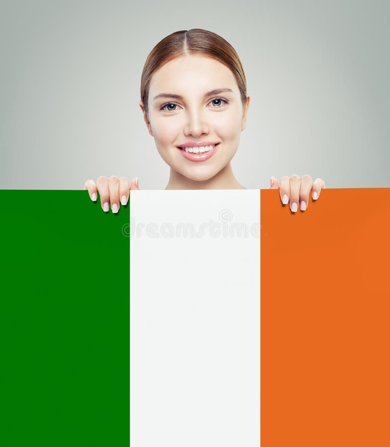 Έννοια της Ιρλανδίας αγάπης Ευτυχής χαριτωμένη γυναίκα με την ιρλανδική σημαία στοκ εικόνες