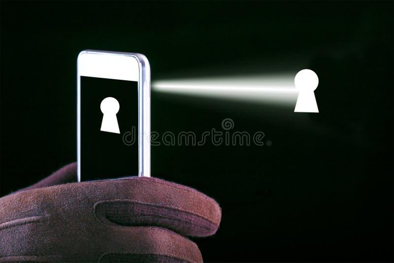 Έννοια της καταδίωξης στο smartphone και τις συσκευές Εισβολή της μυστικότητας στοκ εικόνες
