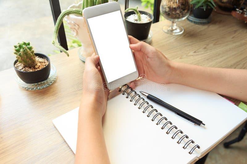 Έννοια της κινηματογράφησης σε πρώτο πλάνο ενός κινητού τηλεφώνου εκμετάλλευσης χεριών γυναικών που προσέχει το Β στοκ φωτογραφία με δικαίωμα ελεύθερης χρήσης