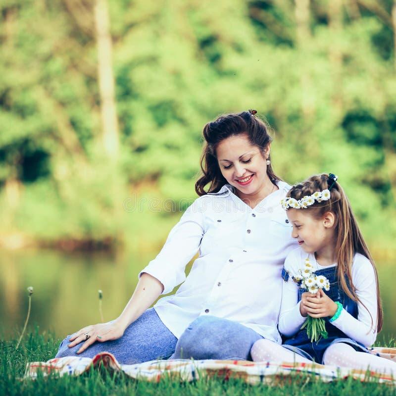 Έννοια της μητρότητας - έγκυος μητέρα και λίγο havin κορών στοκ εικόνες με δικαίωμα ελεύθερης χρήσης