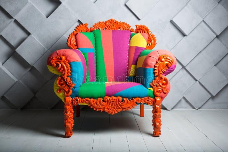Έννοια της πολυτέλειας και της επιτυχίας με την πολυ χρωματισμένη πολυθρόνα βελούδου, κενή θέση εργασίας διανυσματική απεικόνιση