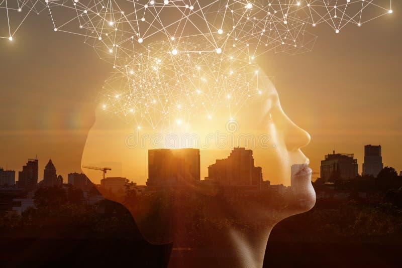 Έννοια της σκέψης μέσω των καινοτόμων τεχνολογιών στοκ φωτογραφία με δικαίωμα ελεύθερης χρήσης