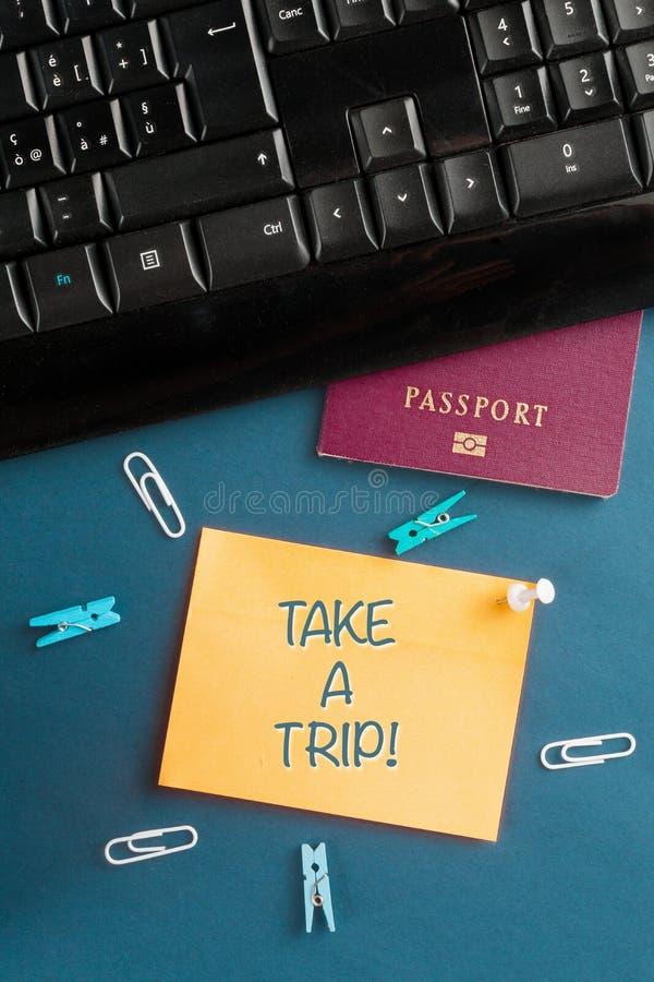 Έννοια της υπερεργασίας και της διαγραφής: γραφείο εργασίας με διαβατήριο και υπόμνημα με μήνυμα, ταξίδι στοκ εικόνες