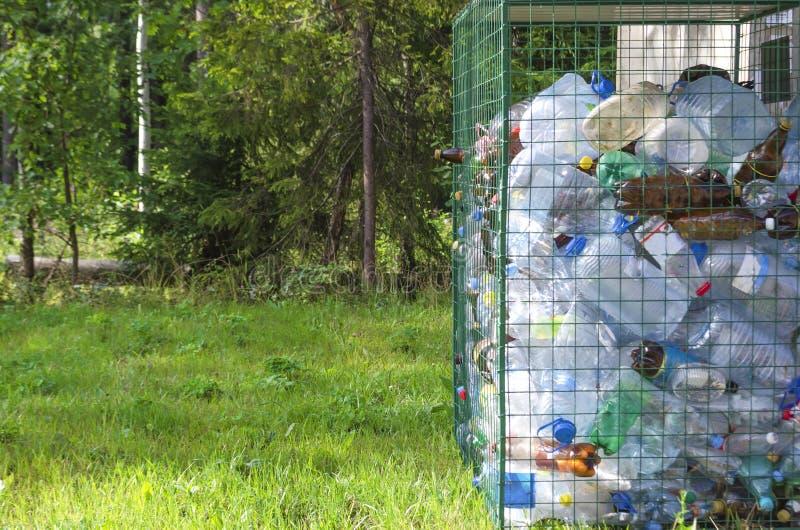 Έννοια της χωριστής συλλογής απορριμάτων πλαστικά μπουκάλια χωριστά από το υπόλοιπο των απορριμμάτων απόβλητα r στοκ εικόνα