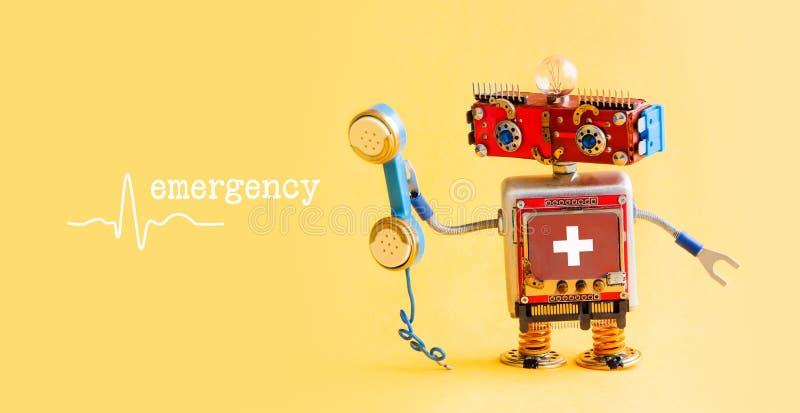 Έννοια τηλεφωνικών κέντρων ιατρικής υπηρεσίας γραμμών βοήθειας έκτακτης ανάγκης Φιλικός γιατρός ρομπότ με το αναδρομικό ορισμένο  στοκ εικόνες