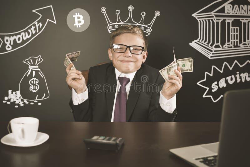 Έννοια του επιτυχούς αγοριού εμπόρων, που κάνει εμπόριο bitcoin με το χρηματιστήριο στοκ εικόνες με δικαίωμα ελεύθερης χρήσης