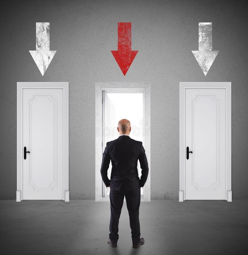 Έννοια του επιχειρηματία που επιλέγει τη σωστή πόρτα στοκ φωτογραφία με δικαίωμα ελεύθερης χρήσης
