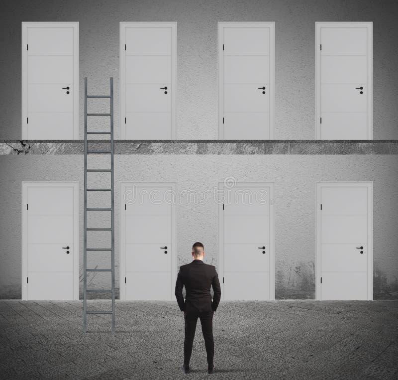 Έννοια του επιχειρηματία που επιλέγει τη σωστή πόρτα στοκ εικόνα