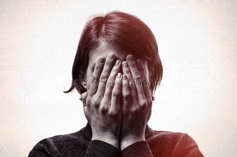 Έννοια του φόβου, ντροπή, οικογενειακή βία στοκ φωτογραφία