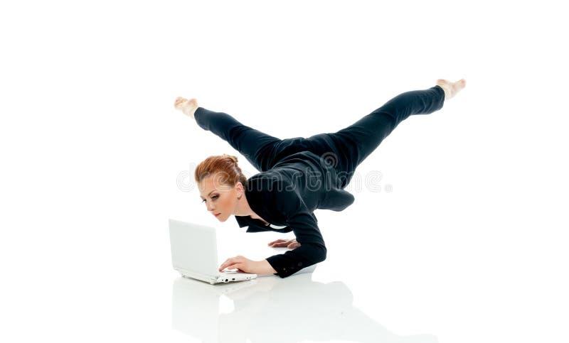 Έννοια του busyness - τοποθέτηση επιχειρηματιών με το PC στοκ εικόνα
